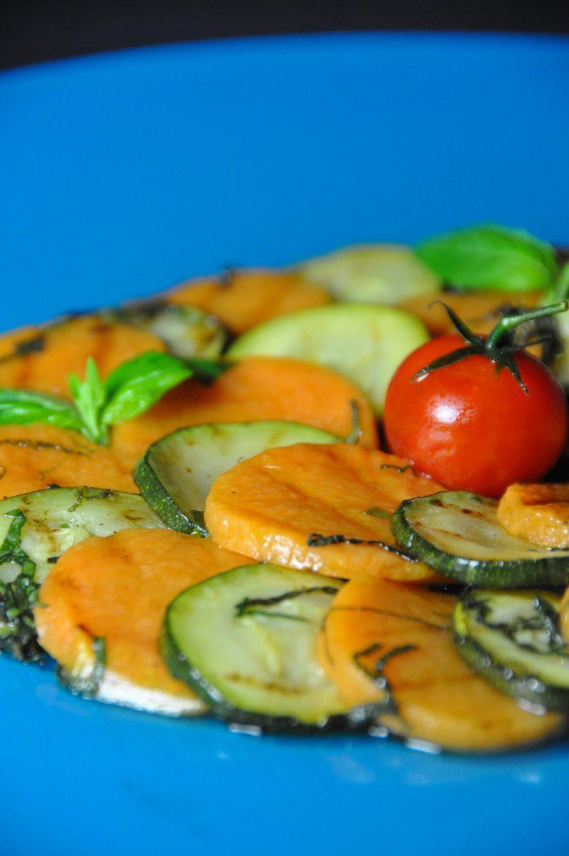 Éventail de potiron et de courgette grillée au basilic et ...